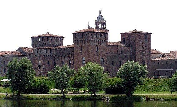 Mantova_Castello_di_San_Giorgio_visto_dall_acqua