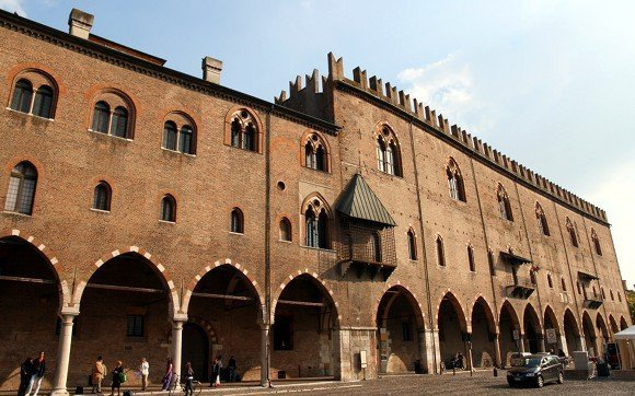 Mantova_Palazzo_Ducale_visto_da_Piazza_Sordello