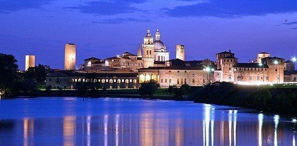 Mantova_vista_dall_acqua_foto_notturna