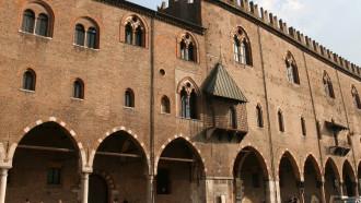 Mantova_Palazzo_Ducale_dalla_piazza