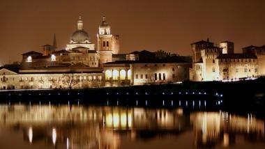 Mantova_vista_dal_lago_di_notte